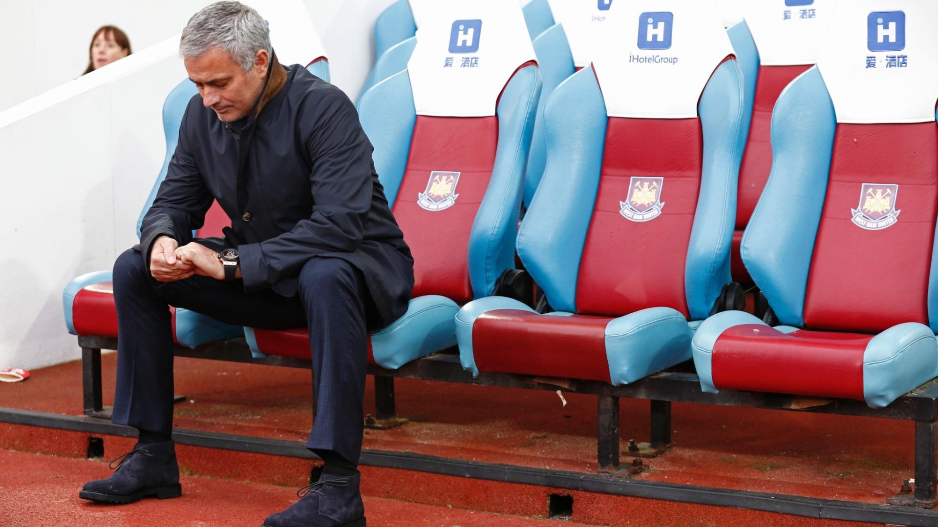 José Mourinho se lamenta sozinho no banco do West Ham