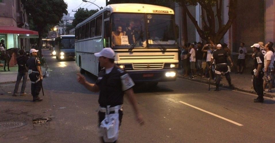 Ônibus com torcedores do Corinthians chegam a São Januário