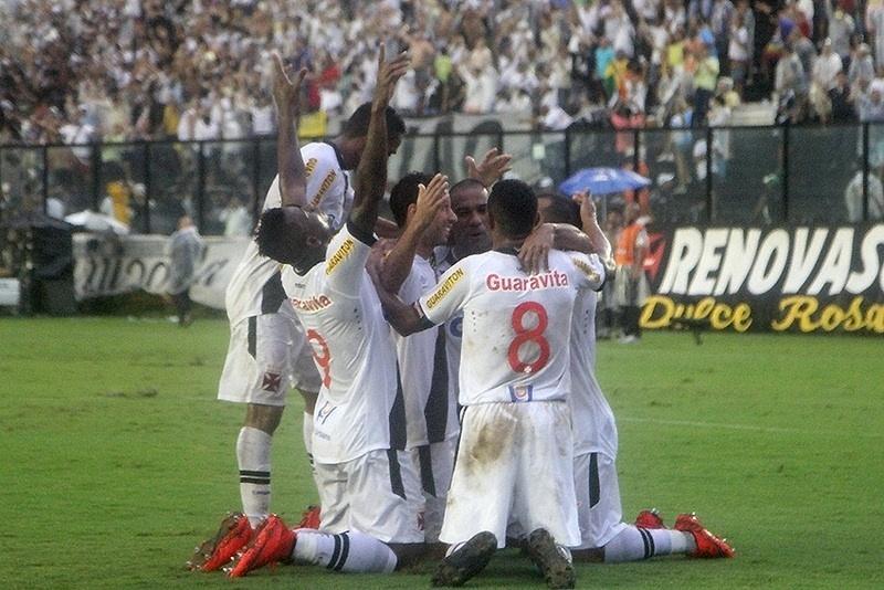 Jogadores do Vasco abraçam Nenê em comemoração do primeiro gol do jogo contra o Santos