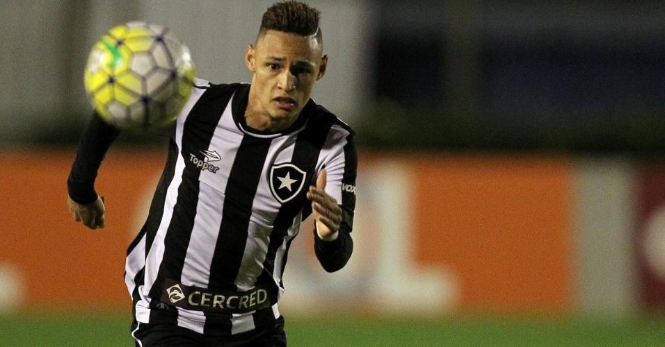 Neílton corre atrás da bola na partida entre Botafogo e Figueirense em Juiz de Fora (MG)