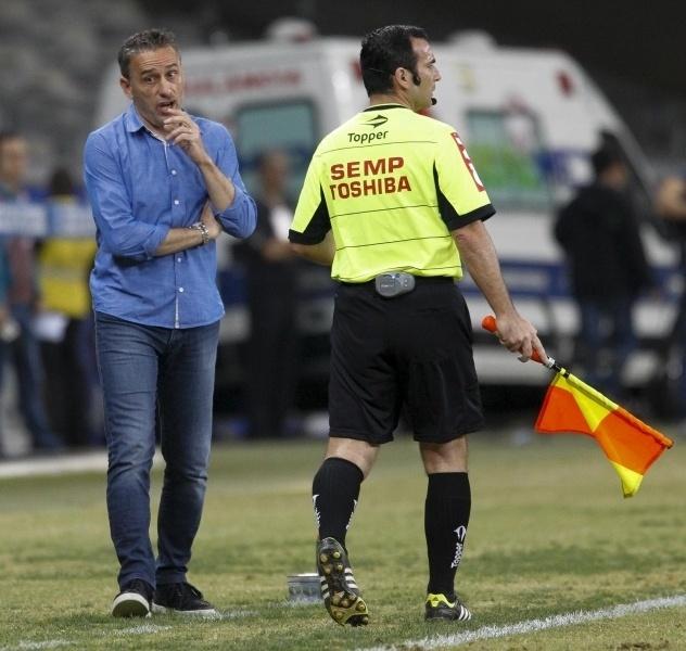 Técnico Paulo Bento, do Cruzeiro, observa jogo contra o Atlético-PR à beira do gramado no Mineirão