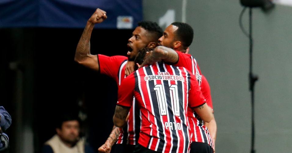 Michel Bastos comemora gols marcado pelo São Paulo contra o Vasco, no Brasileirão