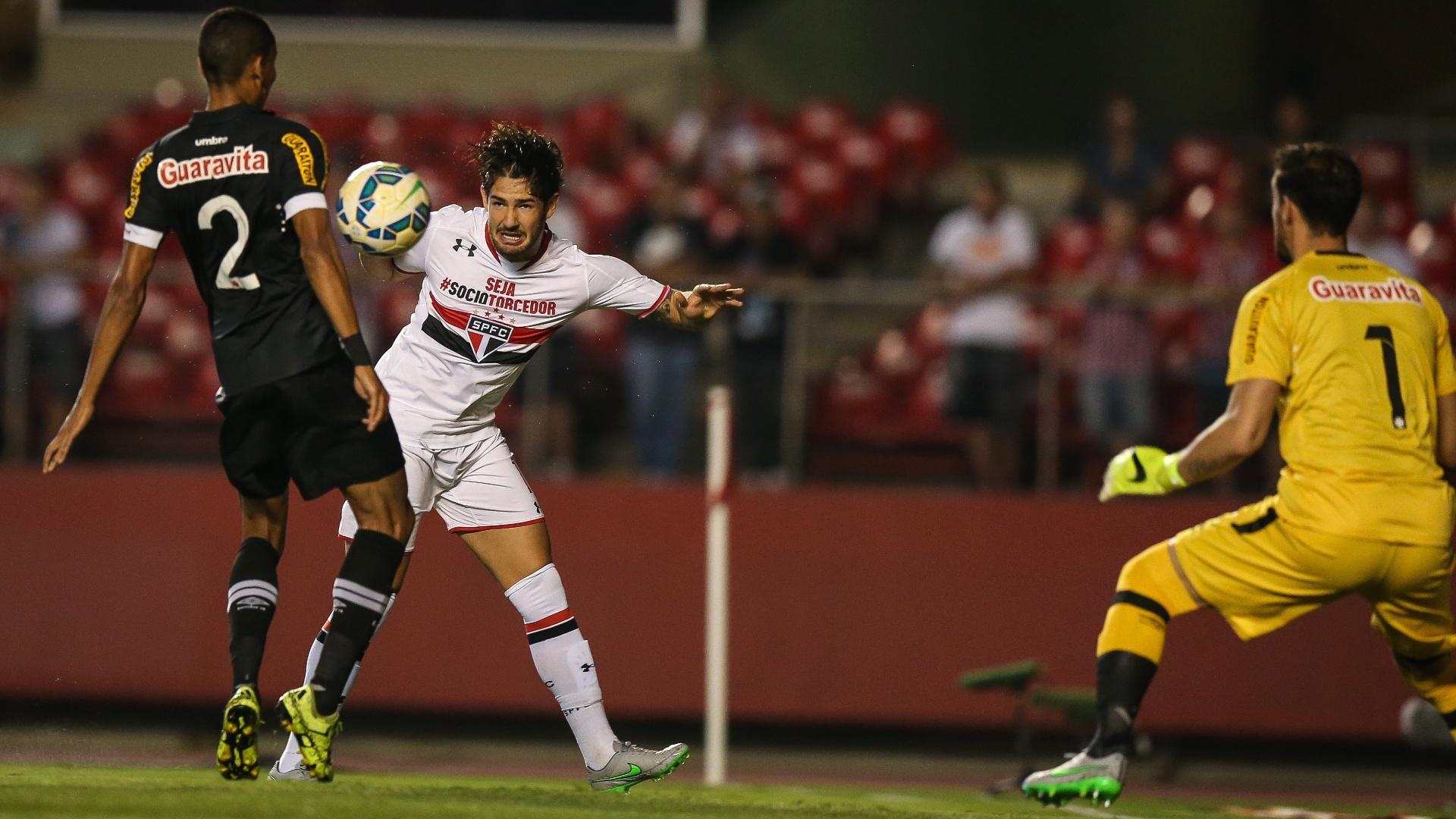 Alexandre Pato tenta dar passe de cabeça na partida entre São Paulo e Vasco pela Copa do Brasil