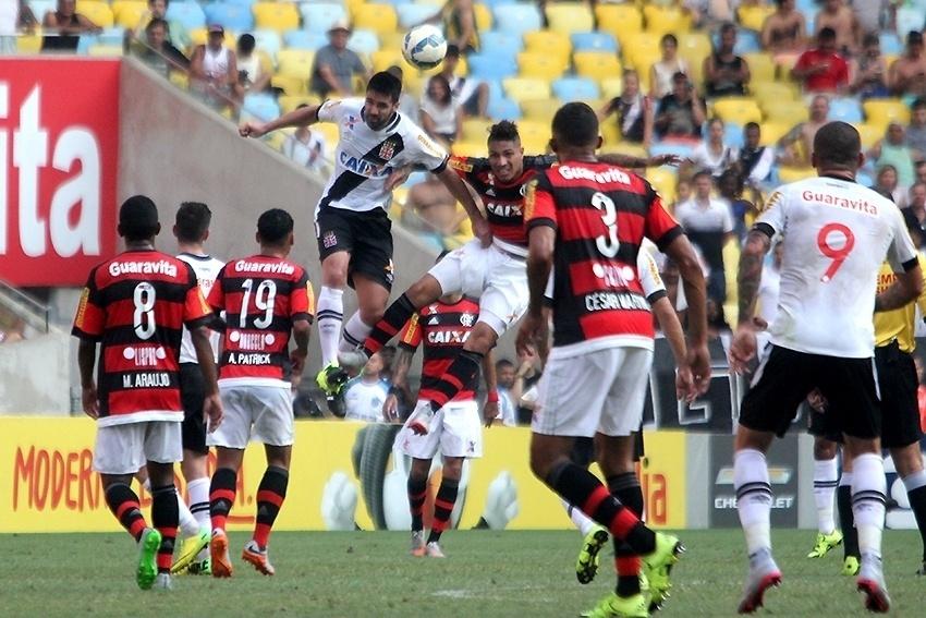 O atacante Paolo Guerrero sobe alto para cabecear no clássico entre Flamengo e Vasco, no Maracanã