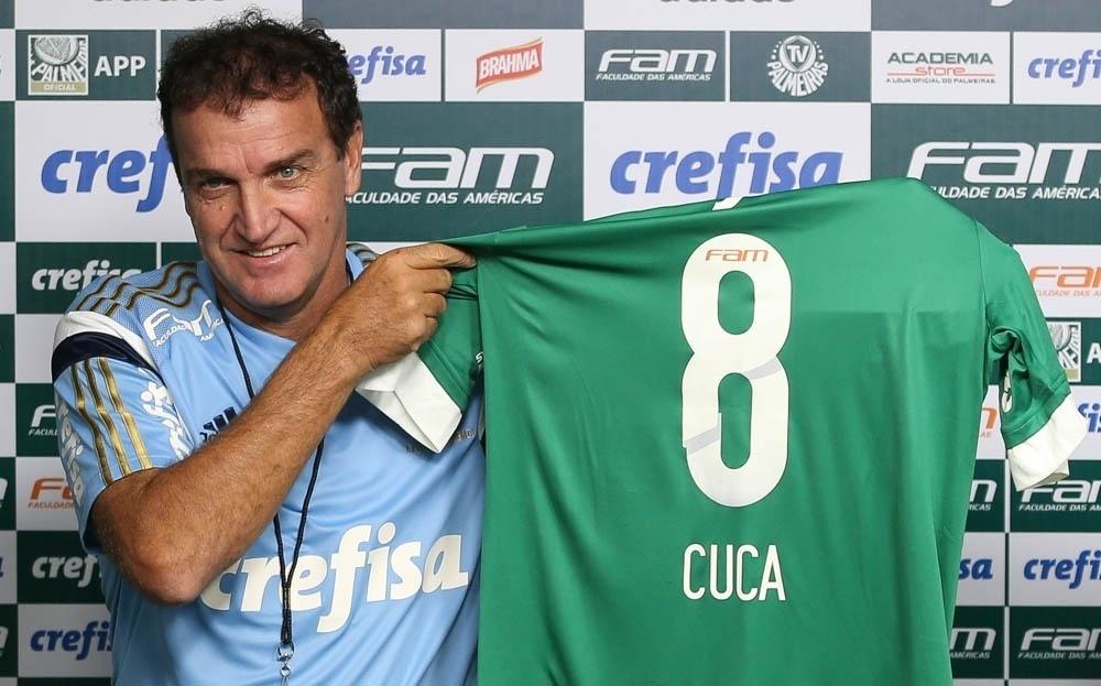 Cuca recebe uma camisa com o número 8, o mesmo que usou nas últimas partidas como jogador do clube, em 1992