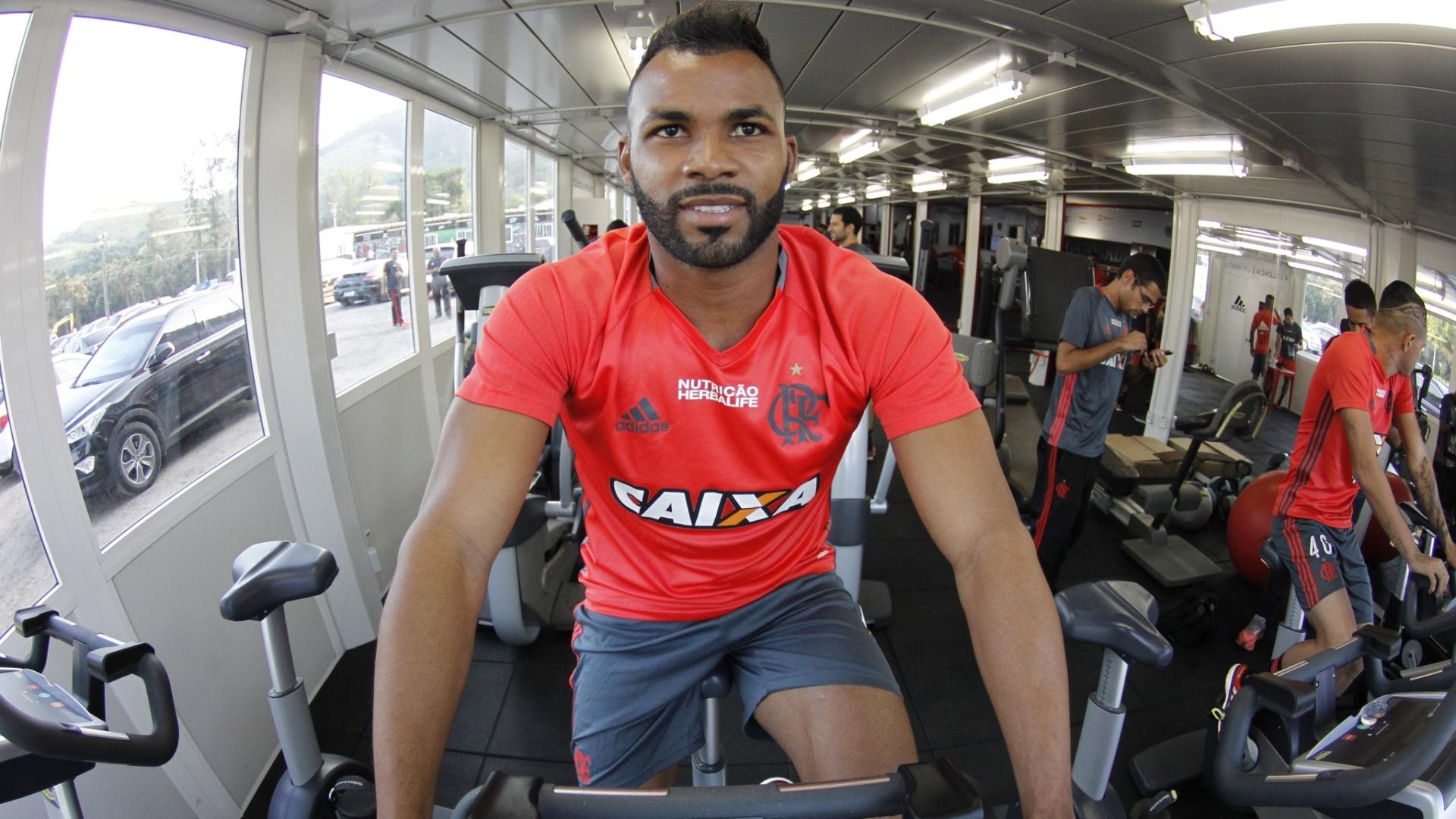 Fernandinho treina na academia do CT Ninho do Urubu: reforço do Flamengo
