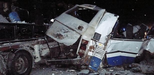 Ônibus e caminhão ficaram destruídos