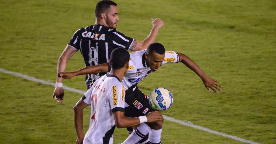 Serginho, do Vasco, disputa lance com Renato Augusto, do Corinthians, durante partida no estadio Sao Januario, pelo Campeonato Brasileiro.