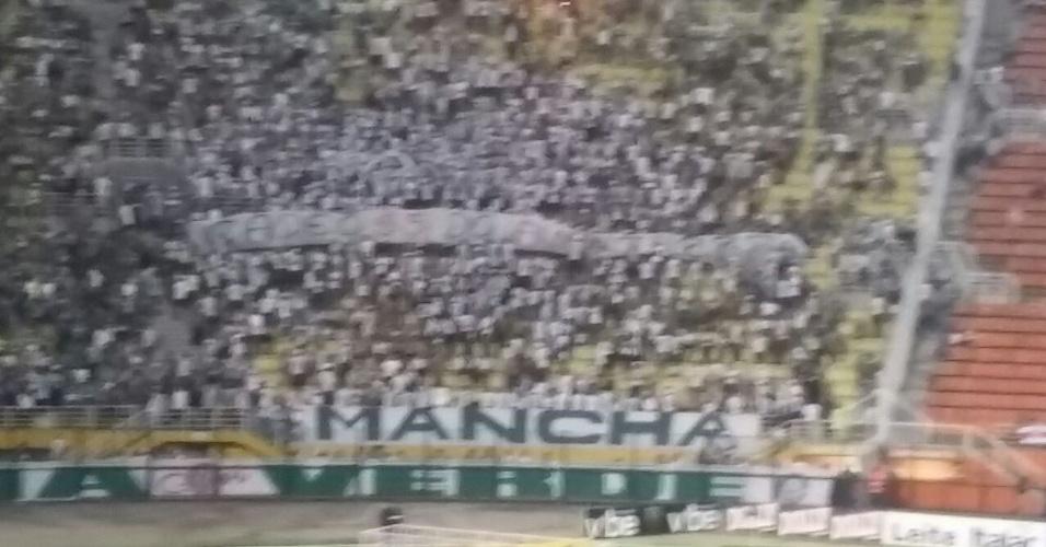 Torcida do Palmeiras protesta contra o diretoria antes de jogo do Paulista