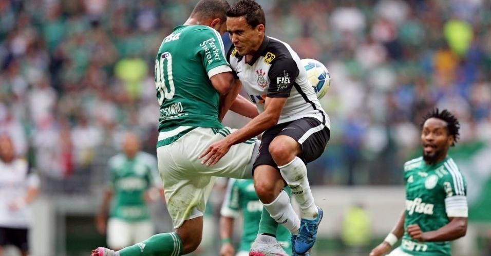 Alecsandro (esq.), do Palmeiras, e Jadson, do Corinthians, se chocam em disputa de lance, em partida neste domingo (6), pela Série A do Campeonato Brasileiro