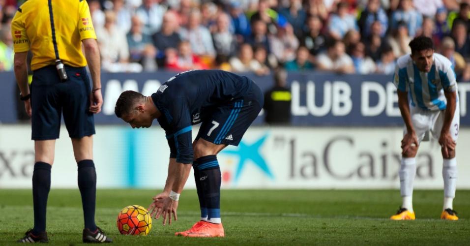Cristiano Ronaldo se prepara para cobrança de pênalti para o Real Madrid diante do Málaga