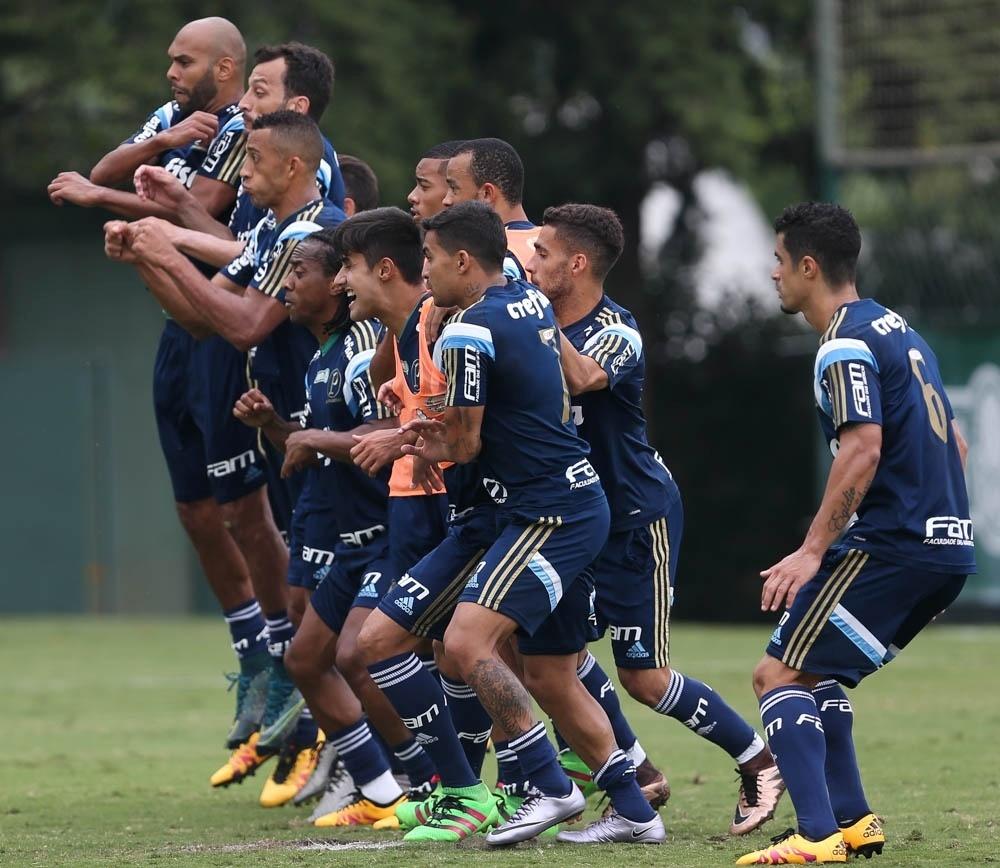 Jogadores do Palmeiras em ação em treino comando por Cuca na Academia de Futebol