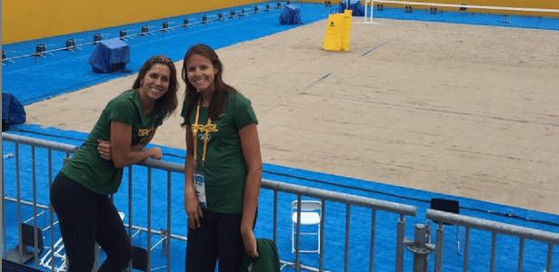 Lili (à esq.) e Carol Horta na arena do vôlei de praia