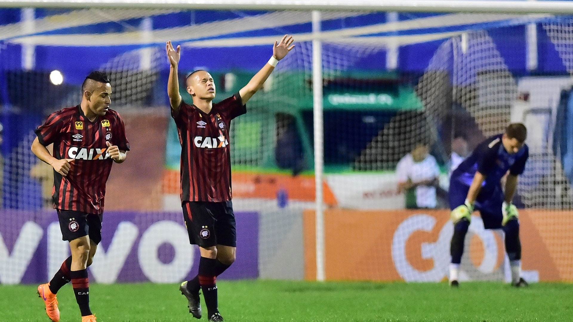 Marcelo, do Atlético-PR, comemora gol durante partida contra o Avaí, na Ressacada, válida pelo Brasileirão