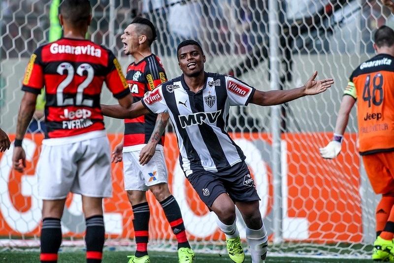 Jemerson comemora o primeiro de seus dois gols sobre o Flamengo