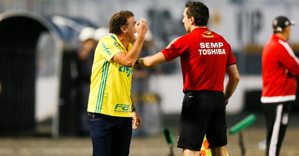 Cuca reclama com a arbitragem durante a partida entre Palmeiras e Ponte Preta
