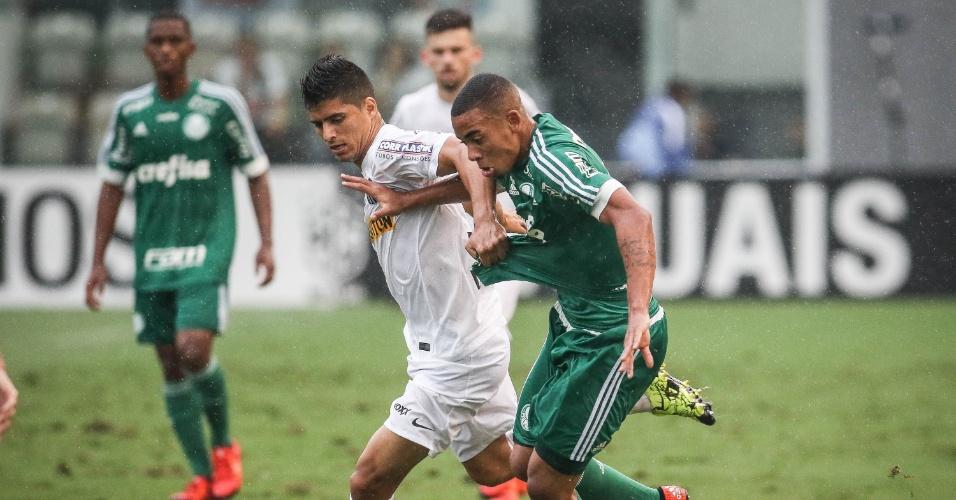 Gabriel Jesus e Daniel Guedes disputam bola no clássico entre Santos e Palmeiras pelo Campeonato Brasileiro