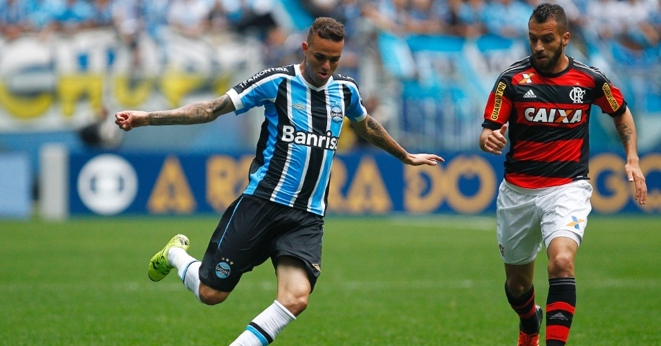 Luan prepara o cruzamento e é marcado por Canteros, em partida entre Grêmio e Flamengo