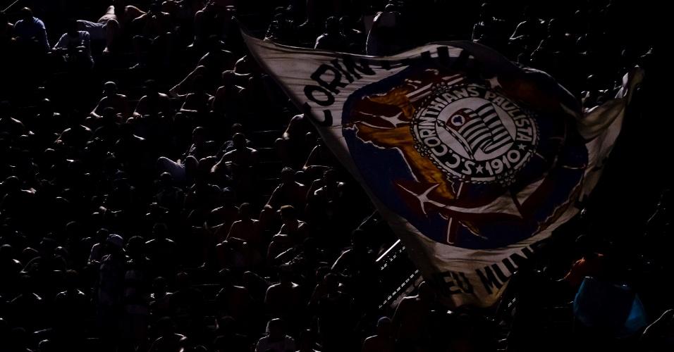 Torcedores do Corinthians erguem bandeira do time, no dia em que podem comemorar o sexto título do Brasileirão do clube