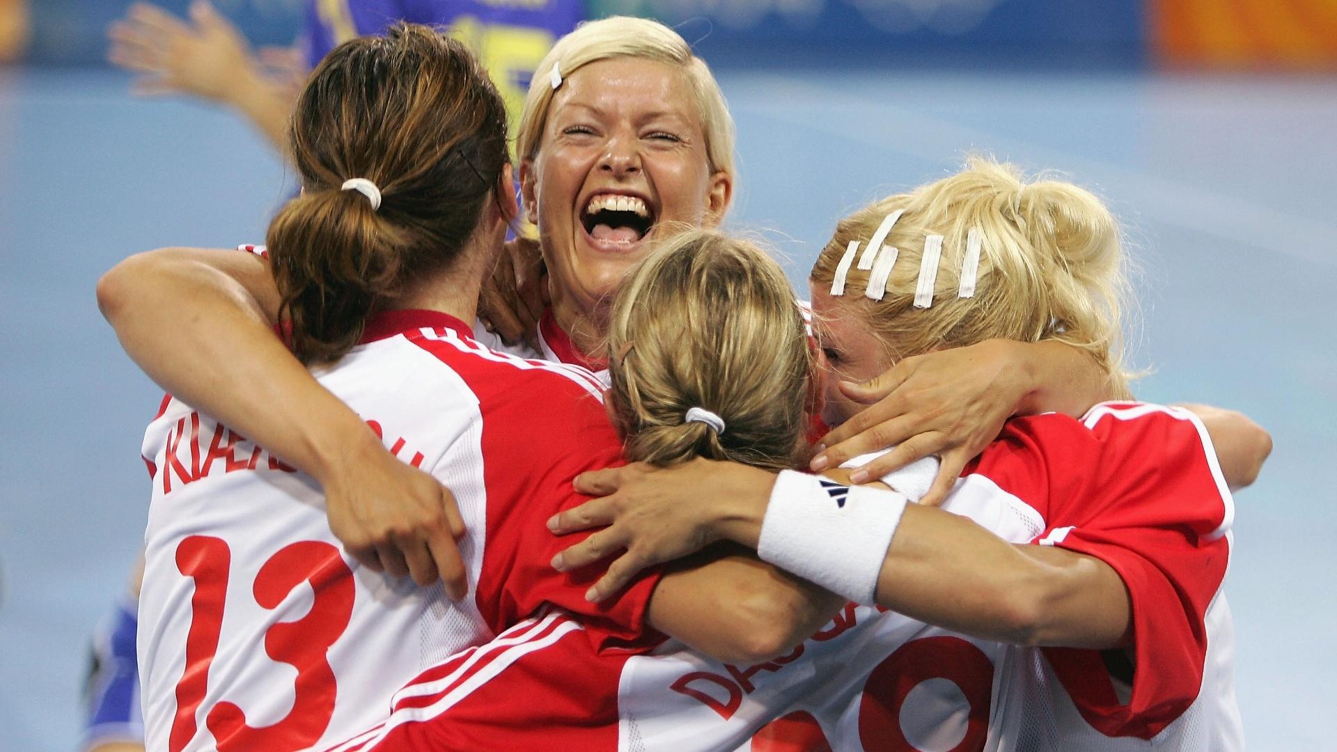 Jogadoras da Dinamarca comemoram a vitória na semifinal olímpica de handebol em 2004