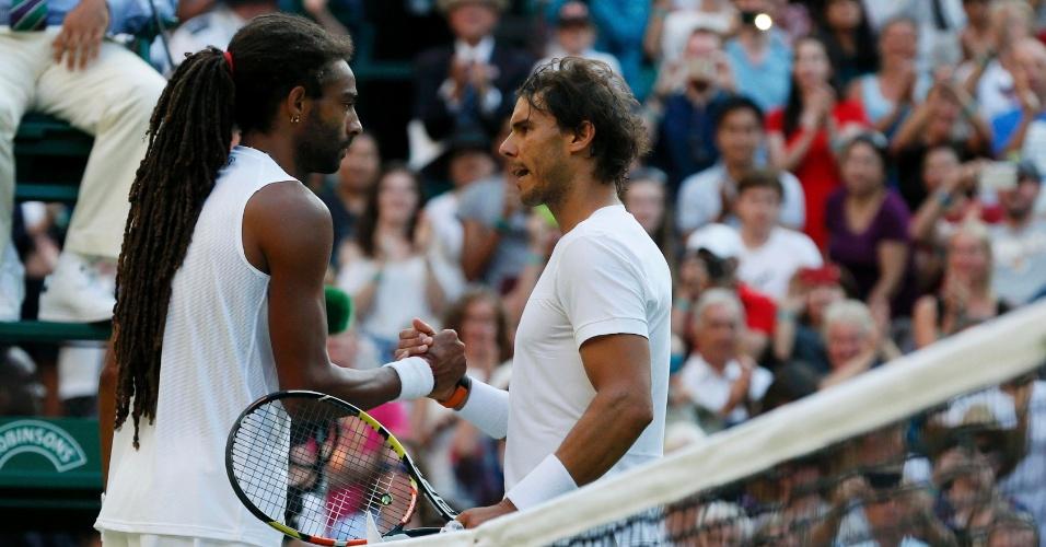 Rafael Nadal cumprimenta Dustin Brown após derrota na segunda rodada de Wimbledon