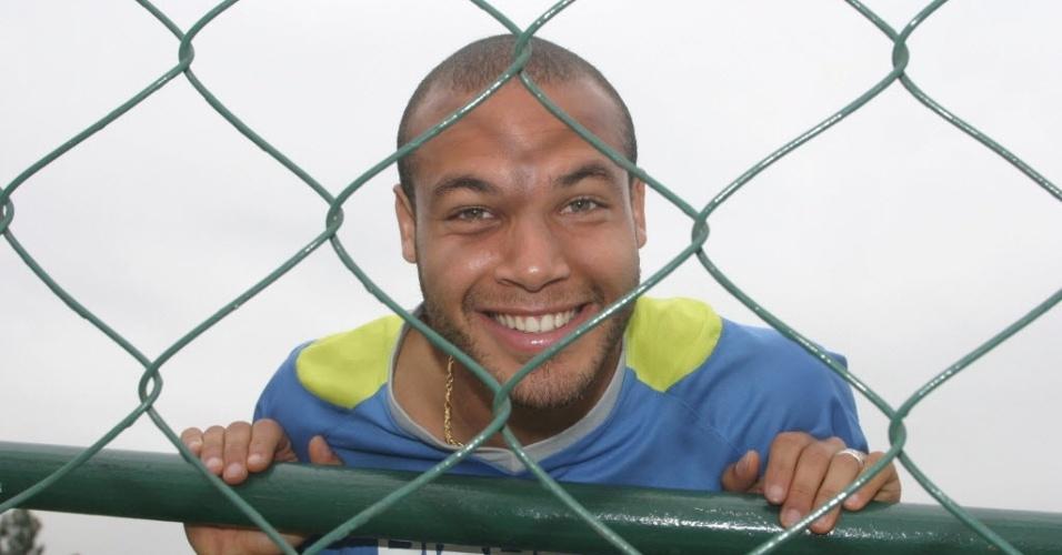Alceu, volante do Palmeiras, se aquece durante treinamento em São Paulo (2005)