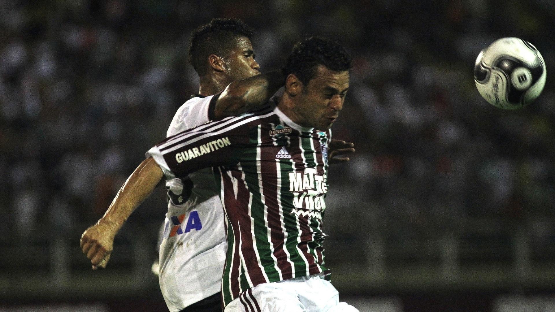 Fred disputa bola na partida do Fluminense contra o Atlético-PR, pela Primeira Liga