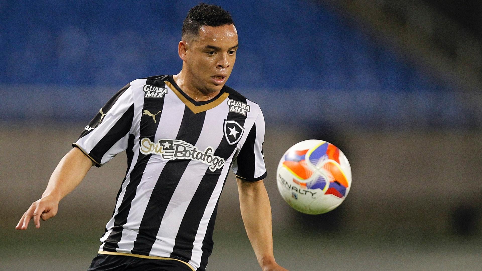 Lulinha, atacante do Botafogo, tenta dominar a bola em lance do empate sem gols com o Luverdense