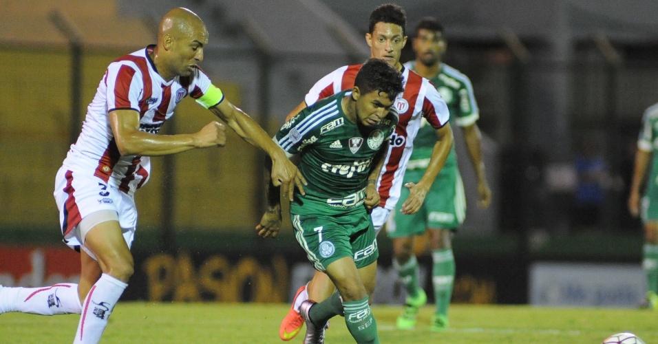 Dudu tenta se livrar da marcação e armar jogada para o Palmeiras contra o River Plate-URU, na Libertadores