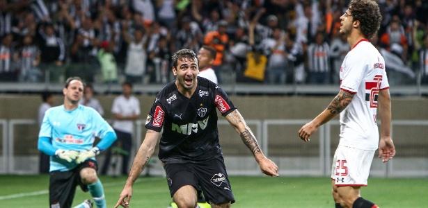 Lucas Pratto comemora o seu primeiro gol contra o São Paulo, no Mineirão, pelo Campeonato Brasileiro