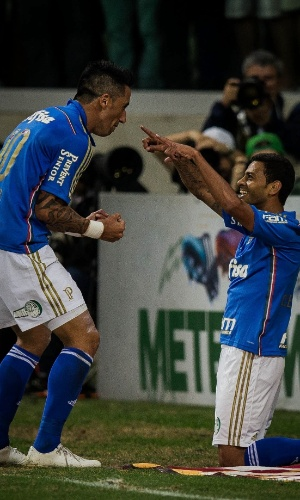 Cleiton Xavier agradece Lucas Barrios após assistência do paraguaio
