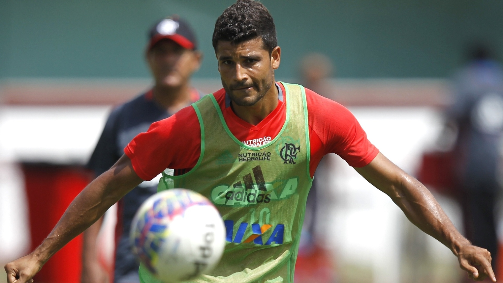 O meia Ederson treina com o Flamengo na sede da Gávea