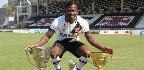 Riascos com a Taça GB, a do Carioca e a de melhor atacante conquistadas este ano