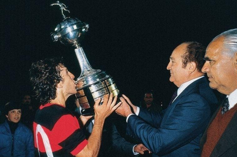 Zico recebe a taça da Libertadores em 1981, após vitória sobre o Cobreloa