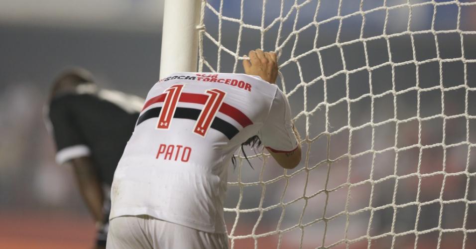 Alexandre Pato se lamenta após perder gol contra a Ponte Preta