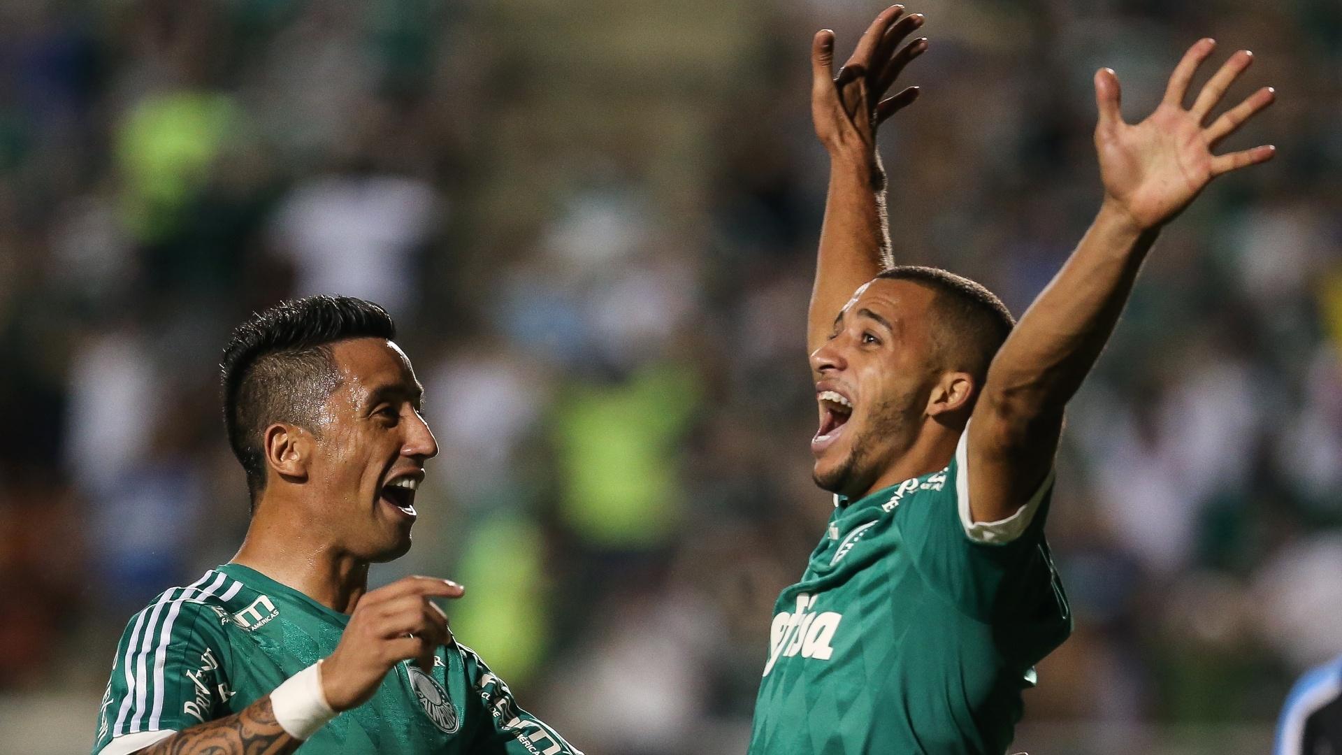 Lucas Barrios e Vitor Hugo comemoram após Palmeiras abrir o placar contra o Grêmio