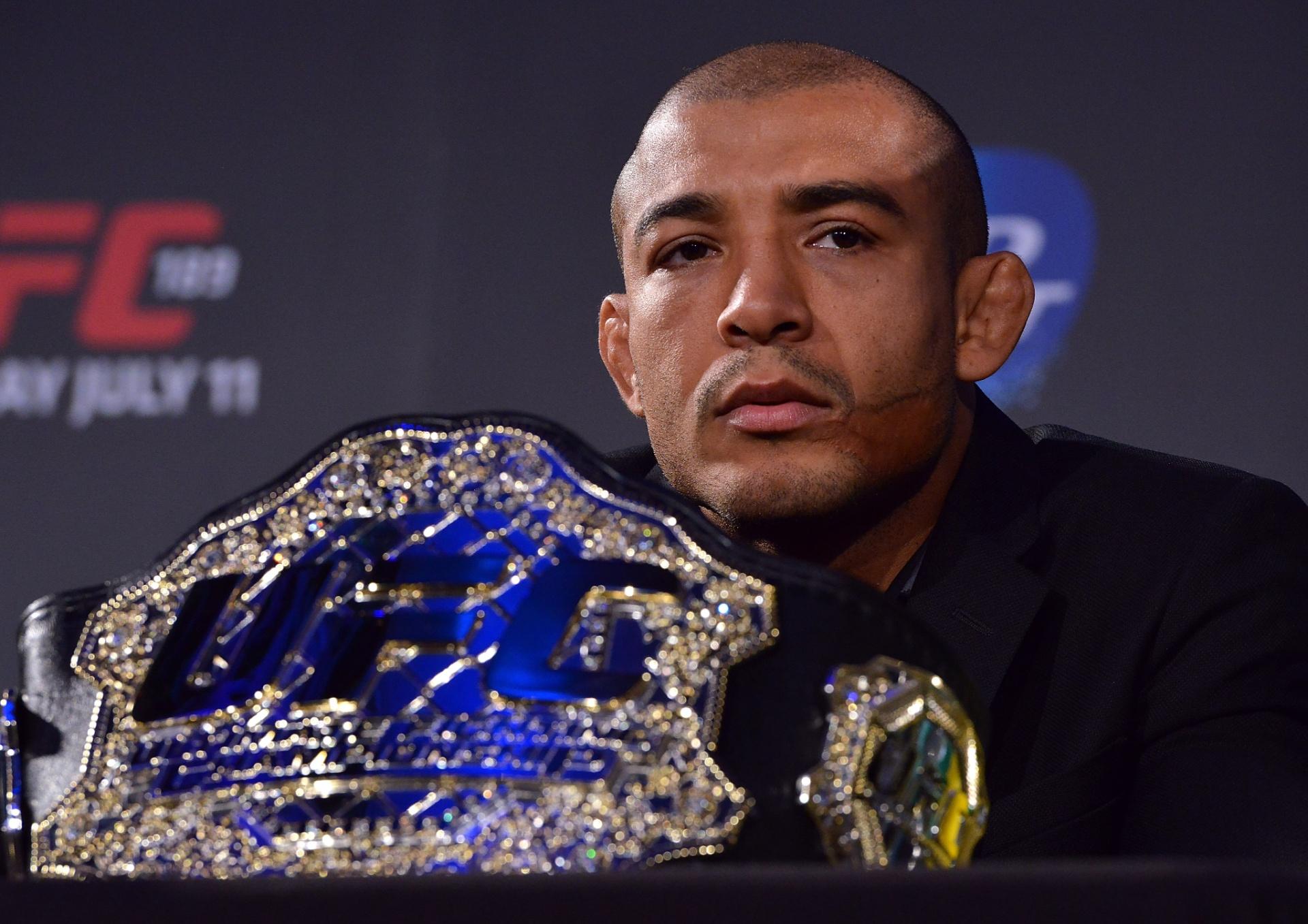 José Aldo, campeã dos penas do UFC, com seu cinturão
