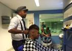 Neymar e cia têm dia de barbearia na seleção. Teve até corte