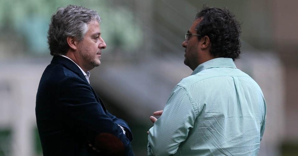 Paulo Nobre e Alexandre Mattos conversam no Allianz Parque durante treino do Palmeiras