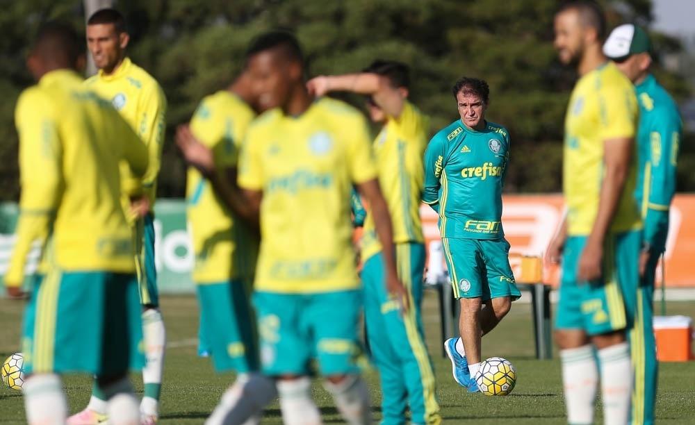 Cuca observa elenco do Palmeiras em treino na Academia de Futebol