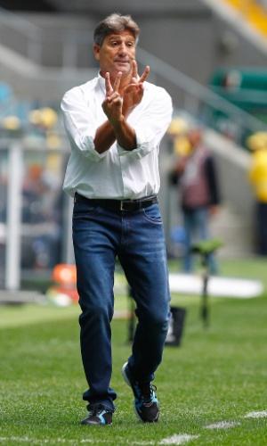 Renato Gaúcho gesticula em partida comandando o Grêmio