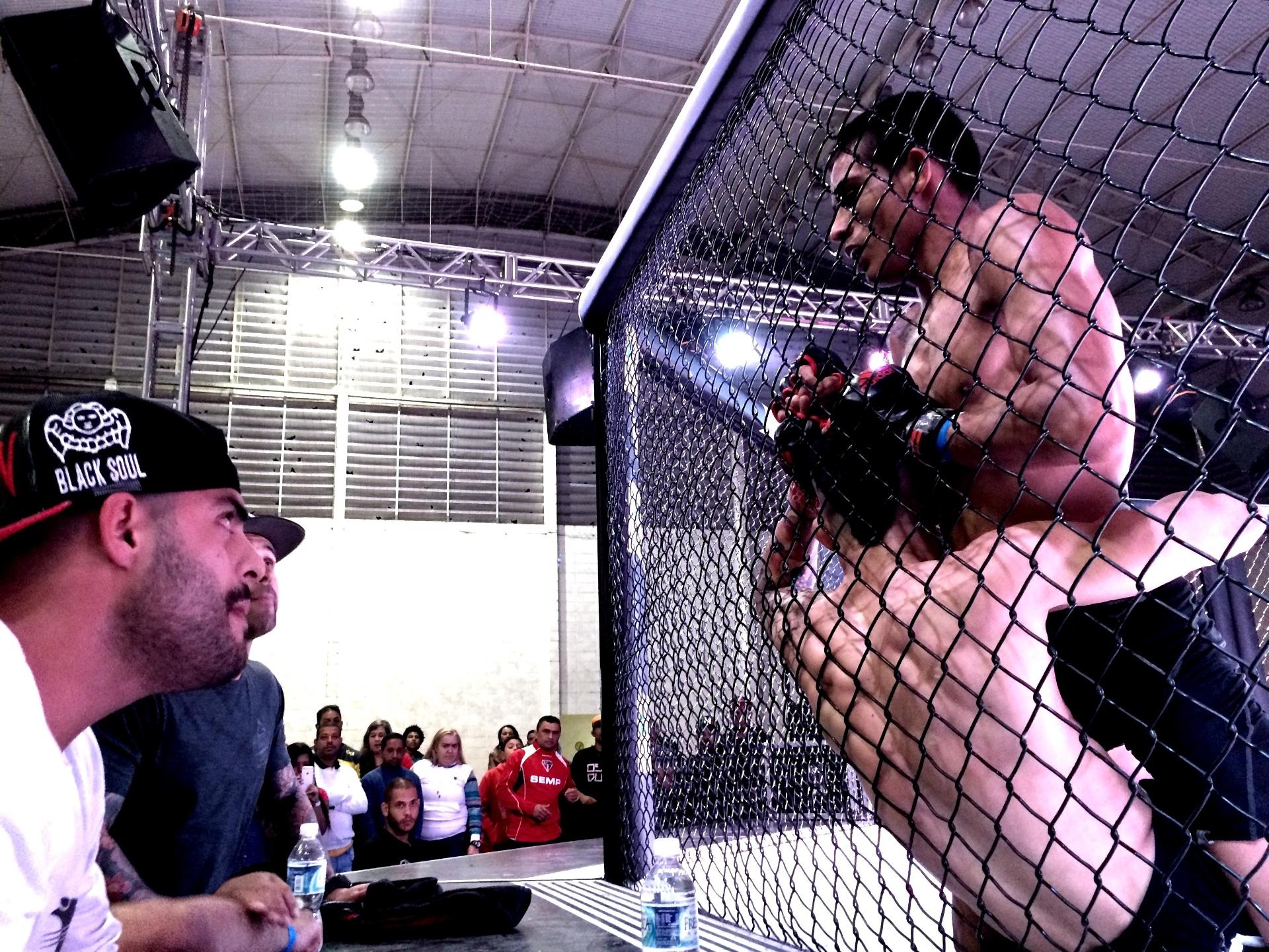 Rodrigo Cabeça leva rival para a grade durante luta de MMA em São Paulo