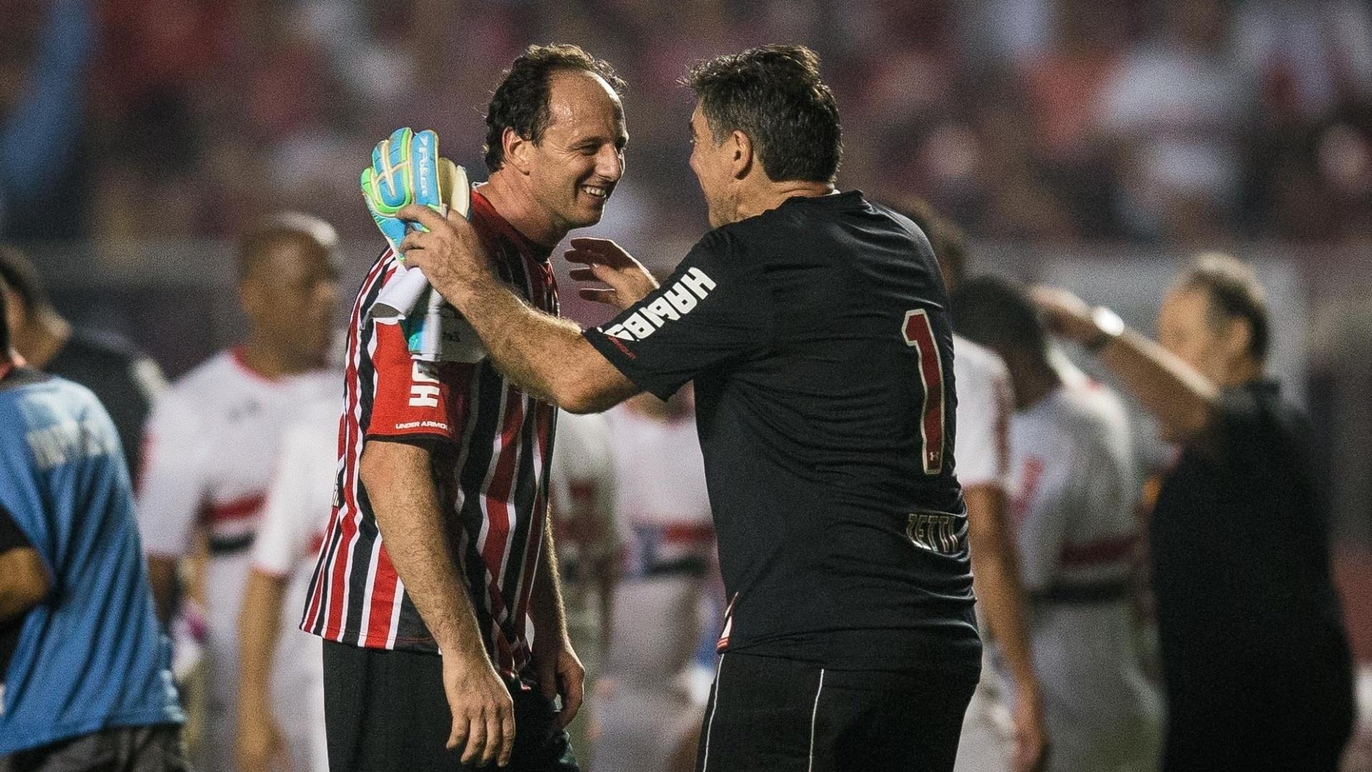 Rogério Ceni e Zetti, ídolos do São Paulo, se abraçam. Ambos marcaram gols na partida amistosa