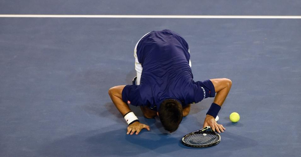 Djokovic beija o chão da Rod Laver Arena depois de ser campeão do Aberto da Austrália
