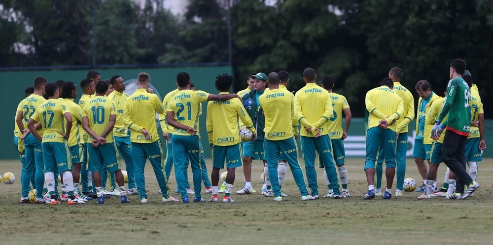 Cuca conversa com elenco do Palmeiras antes de treino realizado na Academia de Futebol