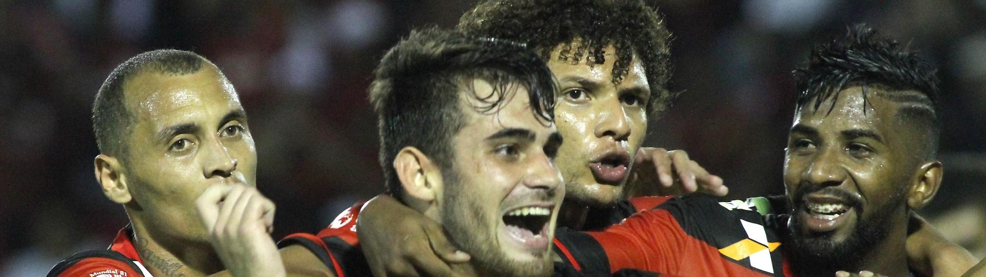 Felipe Vizeu comemora gol marcado para o Flamengo sobre o Vitória