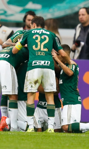 Jogadores do Palmeiras comemoram gol de Leandro Pereira contra o São Paulo