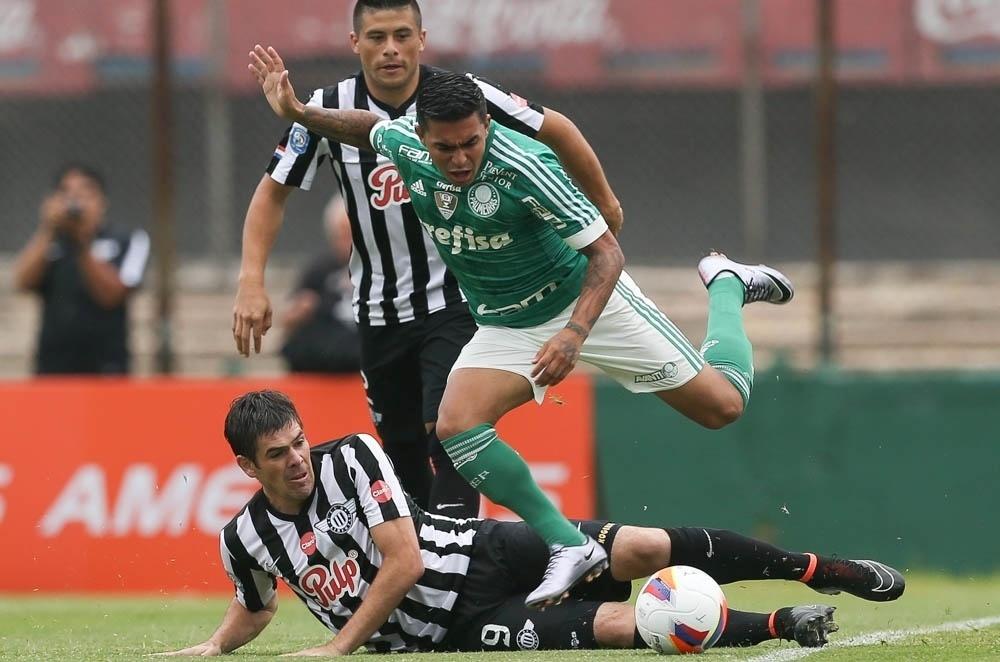 Dudu sofre com a marcação em lance da partida entre Palmeiras e Libertad, no Uruguai