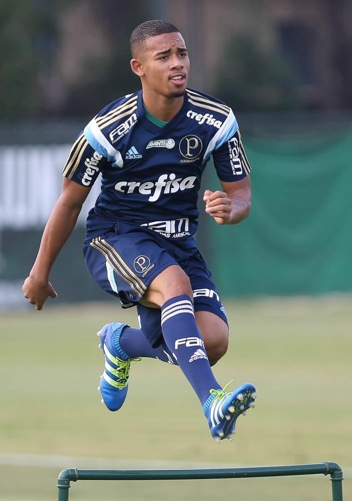 Gabriel Jesus em ação no treino do Palmeiras na Academia de Futebol