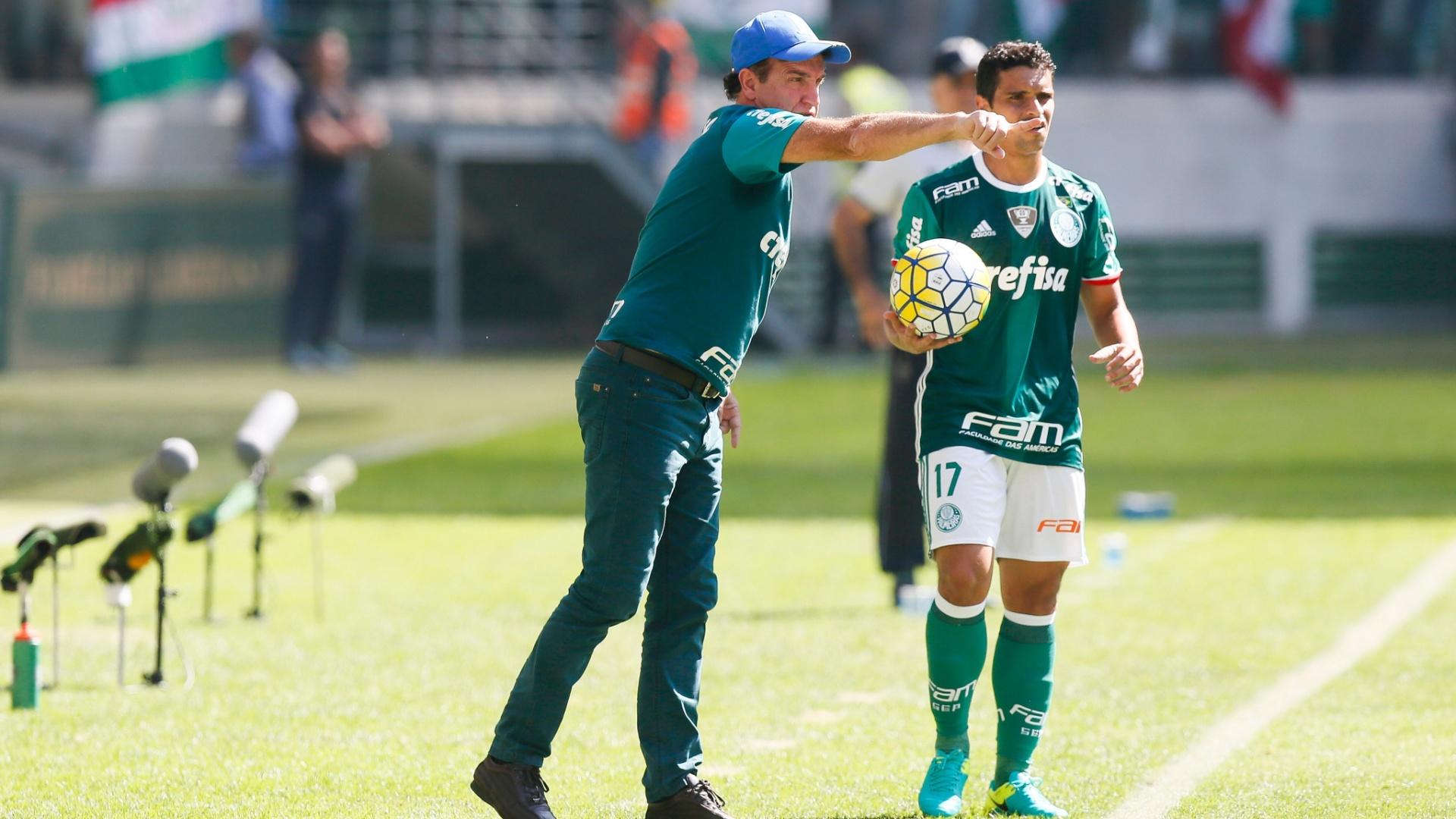 Cuca orienta Jean antes de cobrança de lateral na partida entre Palmeiras e Atlético-MG